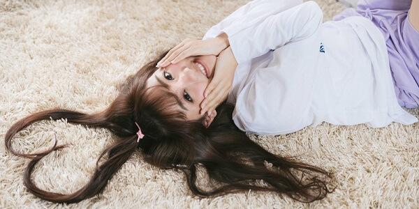 ハート型になっている髪の女性