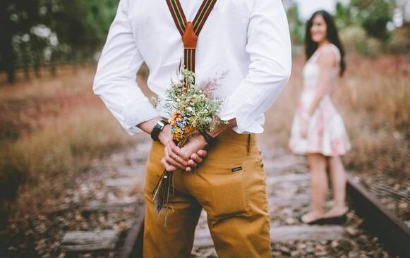 花束を持つ男性