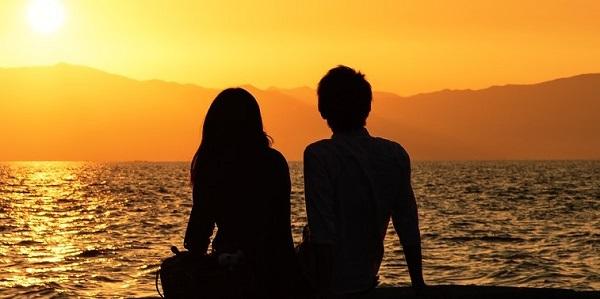 夕陽と男女