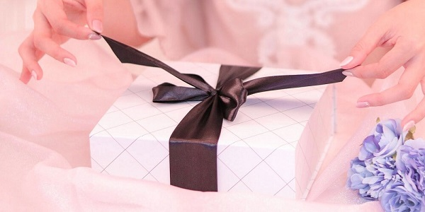 プレゼントの箱を開ける女性