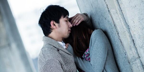泣く女性と抱き寄せる男性