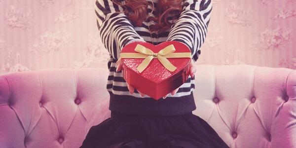 プレゼントをする女性