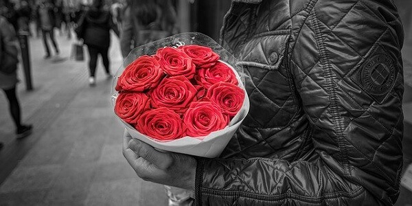 薔薇の花束を抱える男性