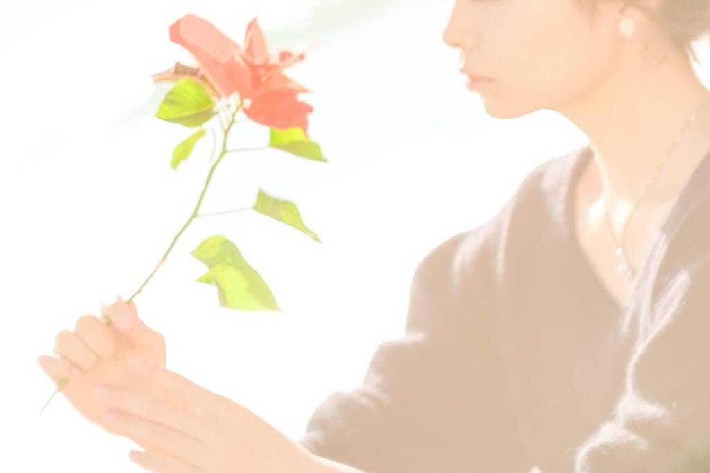 花を持つ儚げな女性