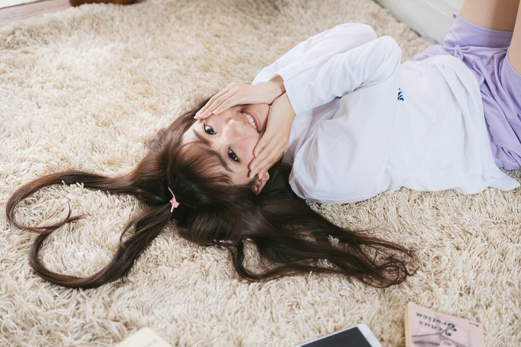 髪の毛でハートの形を作っている女性