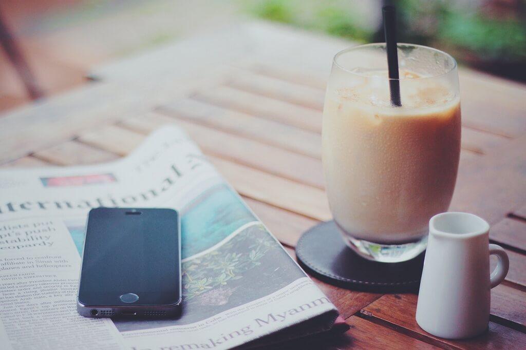 アイスコーヒーと新聞紙