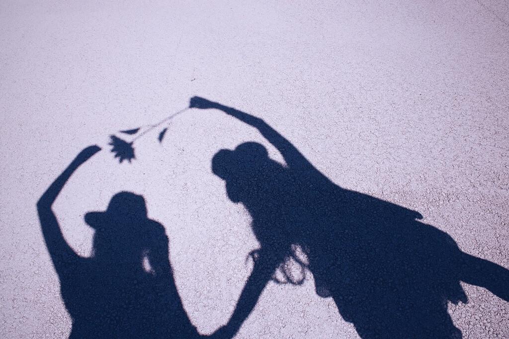 女性二人の影