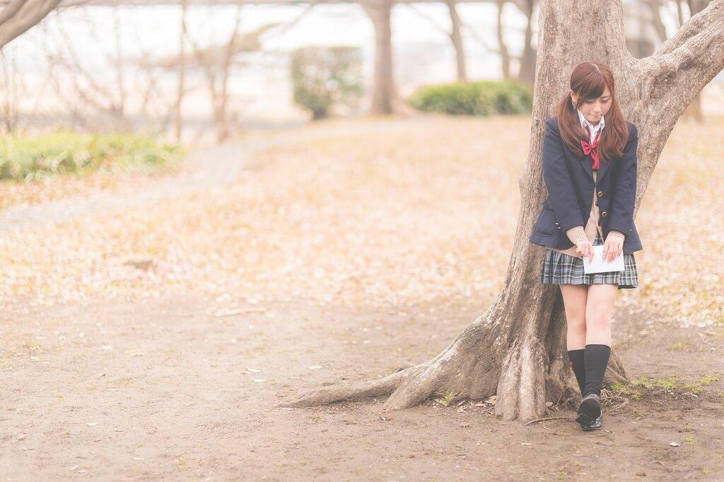 告白しようと木の下で待つ女性