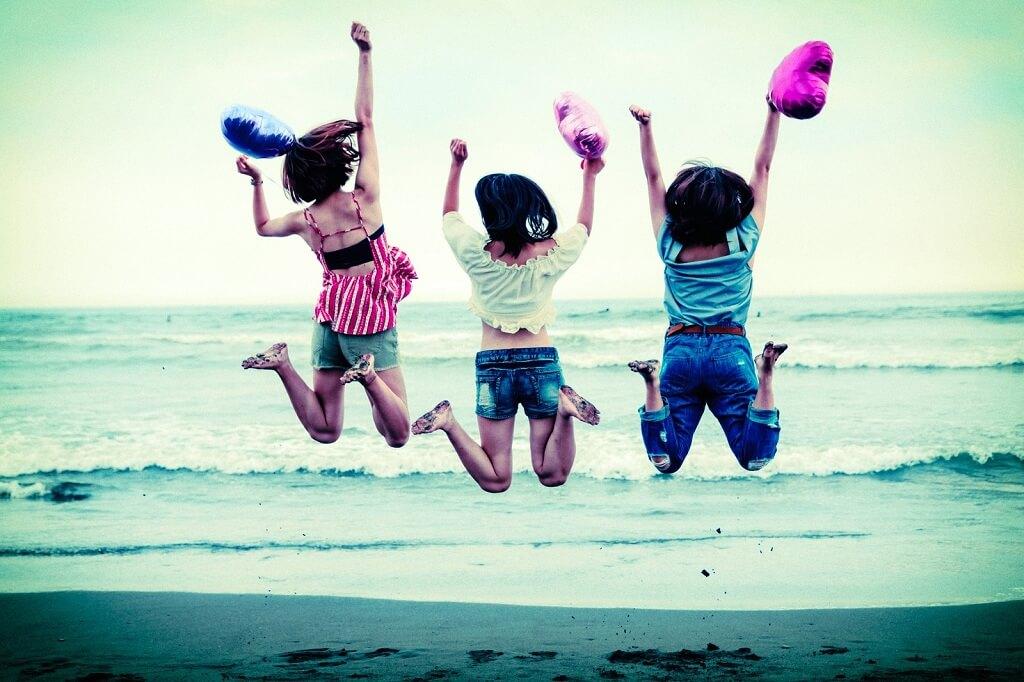 ジャンプする女子たち