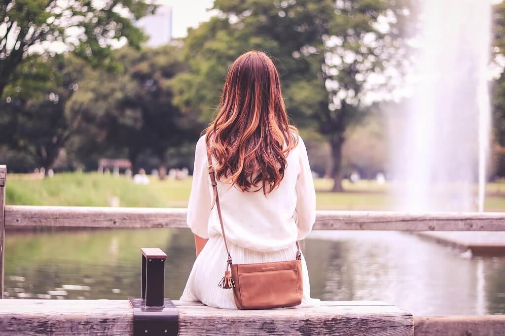 人を待つ女性