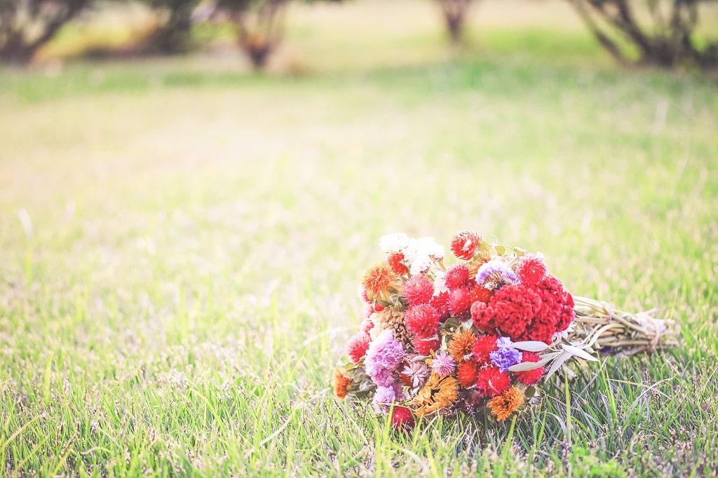 草むらにある花束