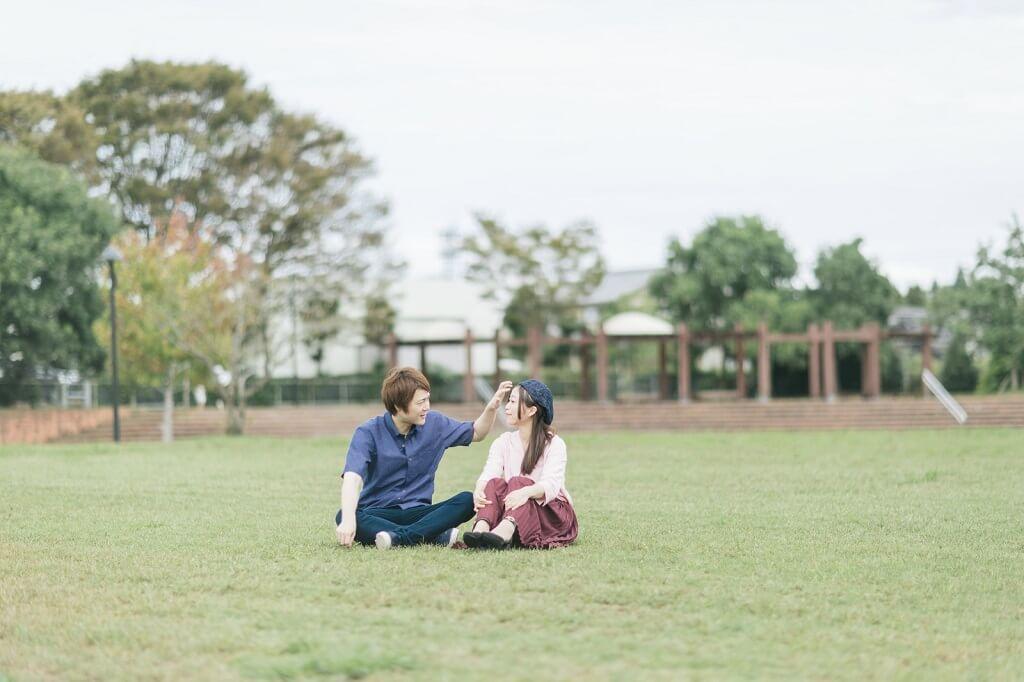 公園とカップル