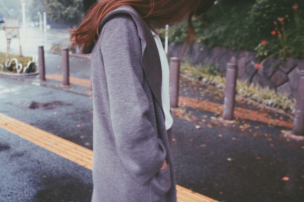 雨で落ち込む女性