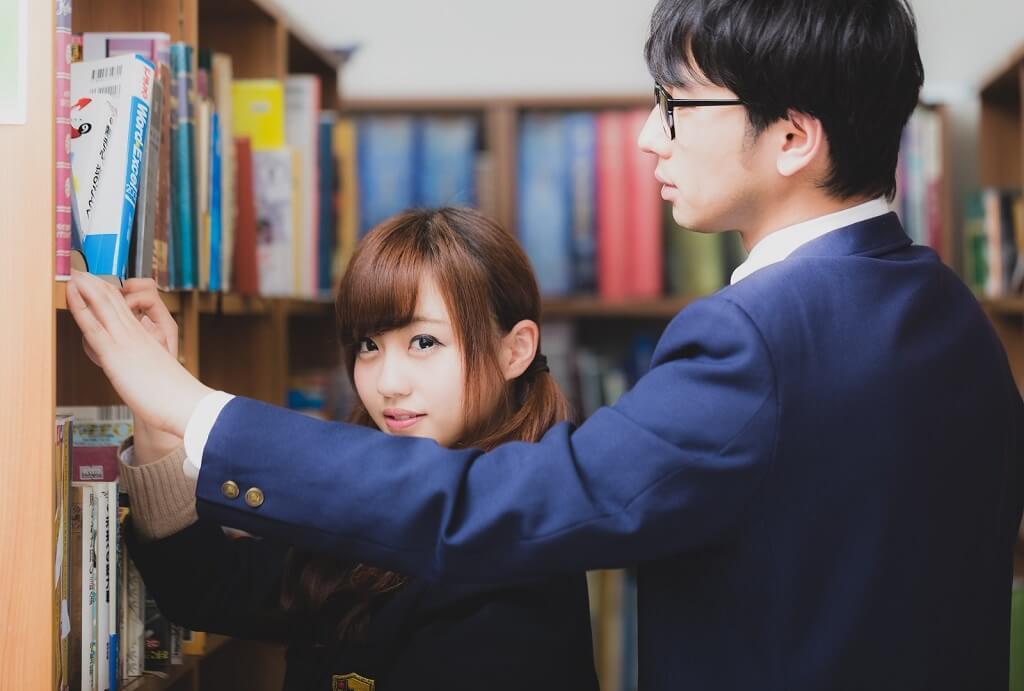 図書室と男女